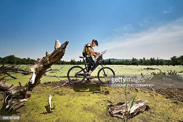 Fahrrad-Fahrer im Sumpf