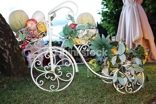 Vélo Avec Des Fruits Frais Décoration De Jardin En Italie Photo ...
