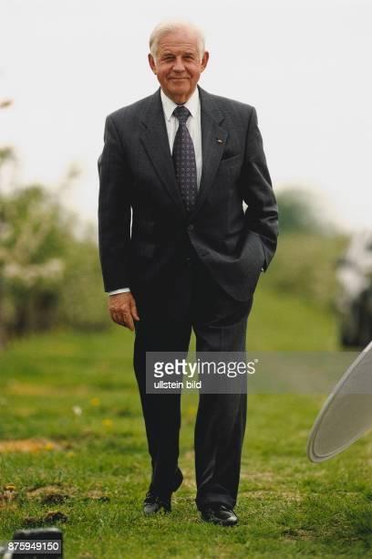 Biedenkopf Kurt * Politiker D Ministerpraesident von Sachsen 19902002 Ganzkoerperaufnahme Mai 1999