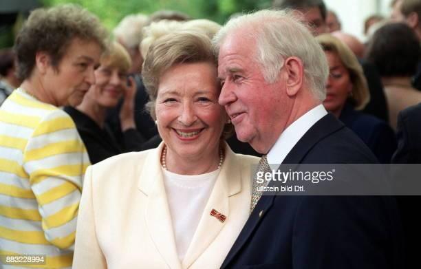 Biedenkopf Kurt * Politiker D Ministerpraesident von Sachsen 19902002 mit seiner Ehefrau Ingrid in Dresden