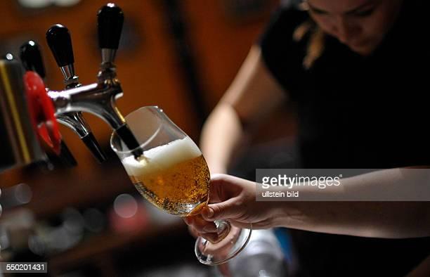 Bier wird frisch in einer Kneipe gezapft Berlin