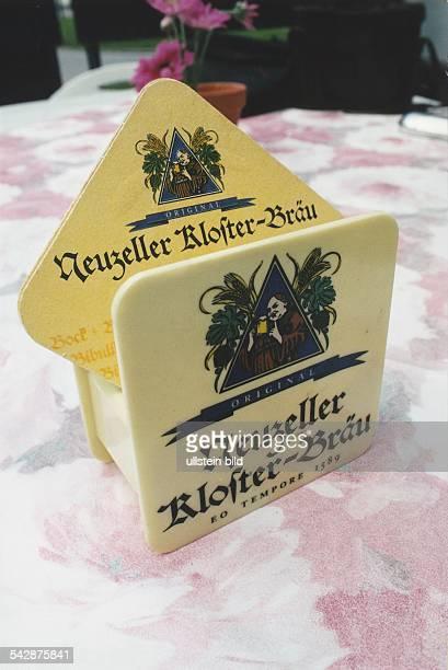 Bierdeckelhalter und Bierdeckel mit Werbung für Neuzeller Klosterbräu ein Schwarzbier der Neuzeller Klosterbrauerei in Brandenburg Undatiertes Foto