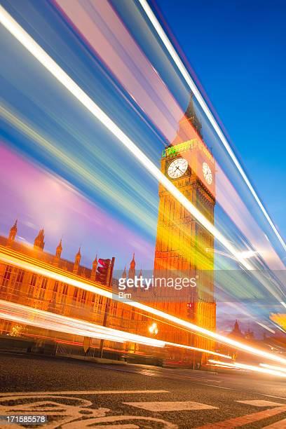 ビッグベンの夕暮れの信号を通り過ぎると、ロンドンのバス