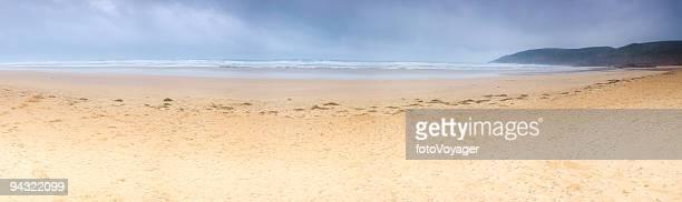 大きな空のビーチ