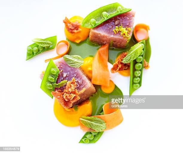 Yeux gros thon et pousses pois et croustillant prosciutto