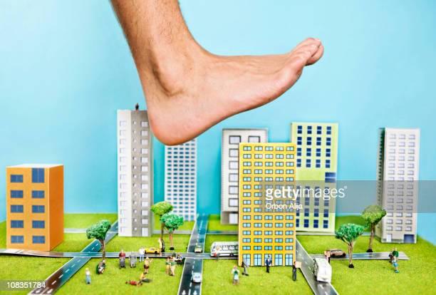 Großer Fuß über einer Stadt