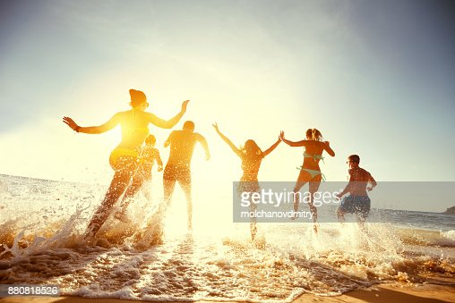 Big group friends sunset sea beach run : Foto stock