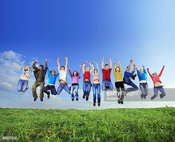Große Gruppe von Jugendlichen jumping Personen.