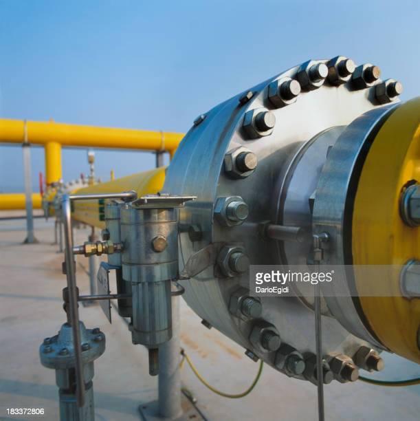 Große gemeinsame auf gelber pipe in einem gas distribution station