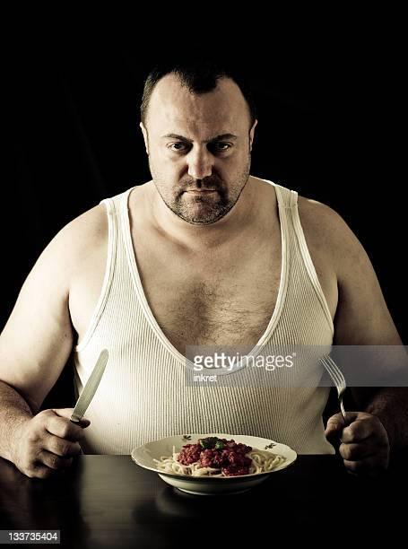 Grande homem comer Esparguete