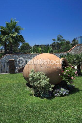 Big Siciliani Anfora Terracotta Con Fiori In Un Bellissimo Giardino
