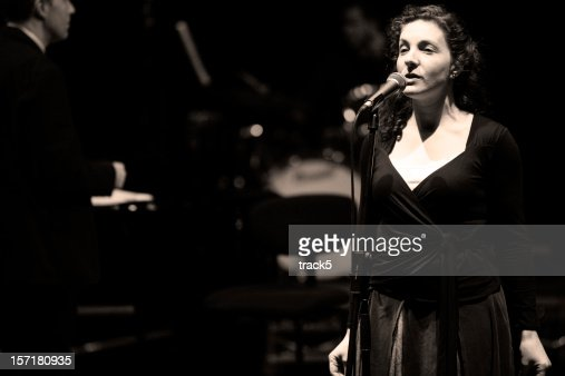 bigband: Weibliche jazz singer-performance hinter dem Mikrofon