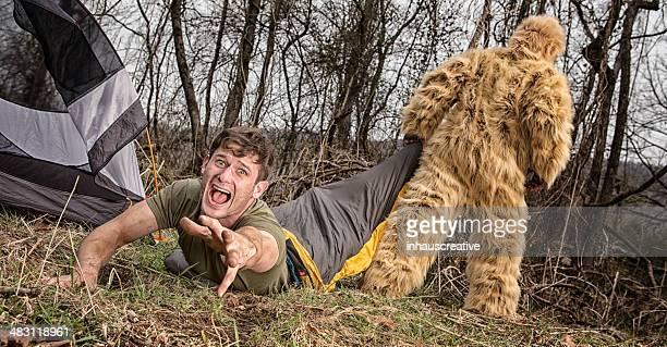 Bigfoot traîner sur une caravane au the woods