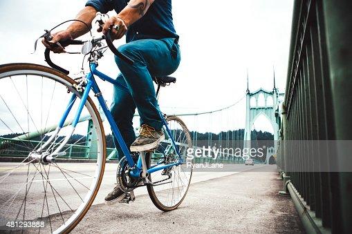 Bicicletta pendolari a Portland Oregon sulla St Johns Bridge