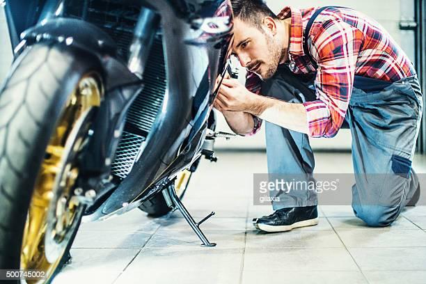 Fahrrad reparieren.