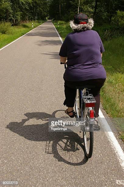 Balade en vélo sur route forestière