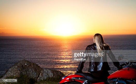 Biker-babe Sonnenuntergang