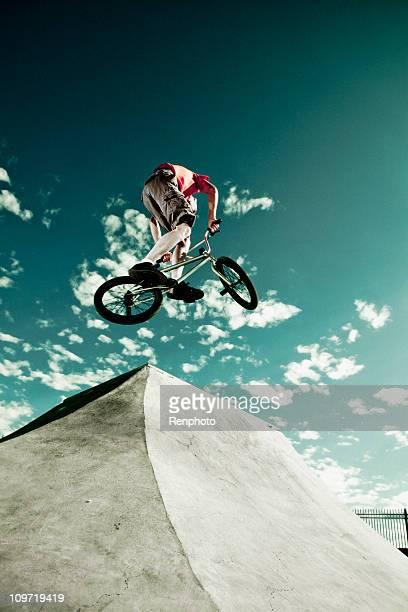 Biker sauts sur un Skate Park