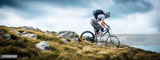 Biker équitation sur un sentier de montagne