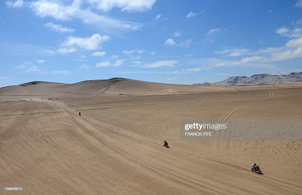 Bikers compete during the Stage 12 of the Dakar 2013 between Fiambala, Argentina and Copiapo, Chile, on January 17, 2013. The rally takes place in Peru, Argentina and Chile between January 5 and 20. AFP PHOTO / FRANCK FIFE