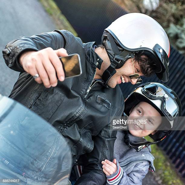 Ciclistas pai e filho a dar um Selfie