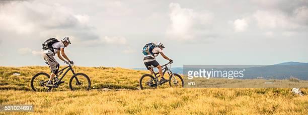 Biker Reiten auf grasbewachsenen Planes