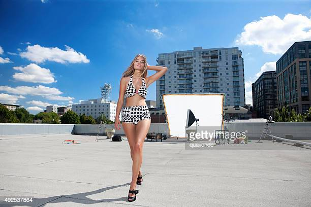 Bikini-Model nach Foto-Shooting zu Fuß entfernt