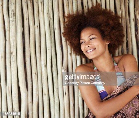 bikinimodel l chelt lehnt sich gegen bambuswand stock foto. Black Bedroom Furniture Sets. Home Design Ideas