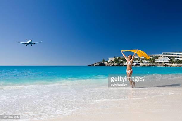 bikini femme avec un sarong sur la plage