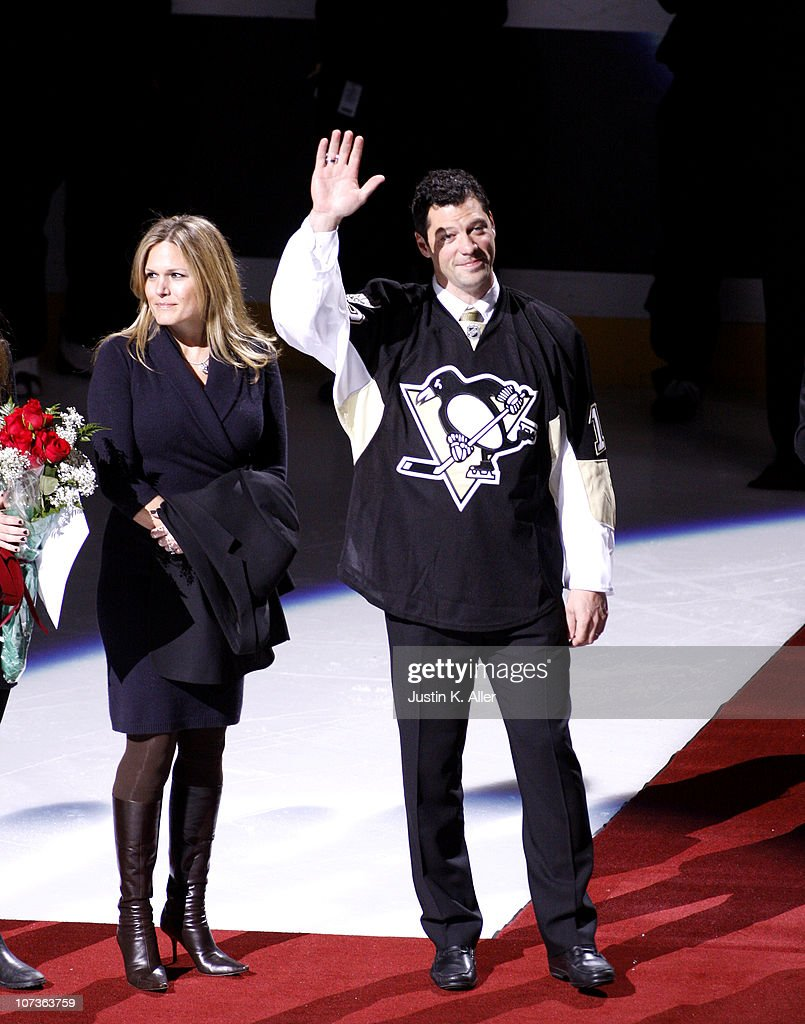 Bill Guerin waves to the crowd during his retirement ceremony before a game between the Pittsburgh Penguins and the New Jersey Devils at Consol...
