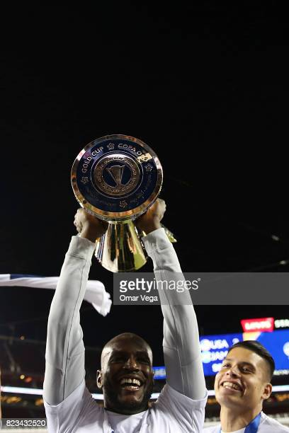 Bill Hamid of United States lifts the trophy to celebrate after winning the CONCACAF Gold Cup 2017 final match between United States and Jamaica at...