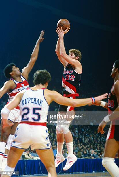Bill Walton of the Portland Trailblazers shoots over Wes Unseld of the Washington Bullets during an NBA basketball game circa 1978 at the Capital...