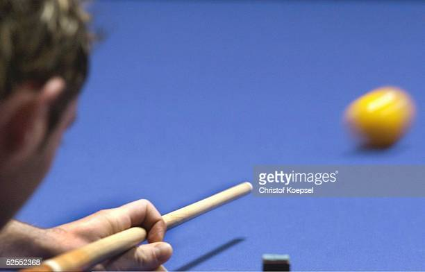 Billard WM 2004 Viersen Mannschaft Dreiband Spezial Detail Spieler beim Anstoss mit dem Queue an die Billardkugel 050304
