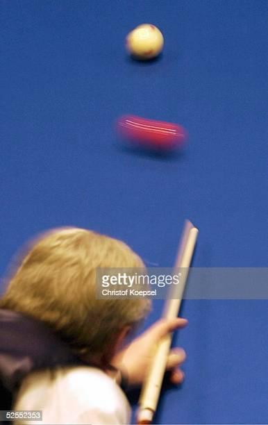 Billard WM 2004 Viersen Mannschaft Dreiband Spezial Spieler stoesst mit dem Queue die Billardkugel an 050304