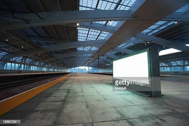Panneau d'affichage pour la publicité de la gare ferroviaire