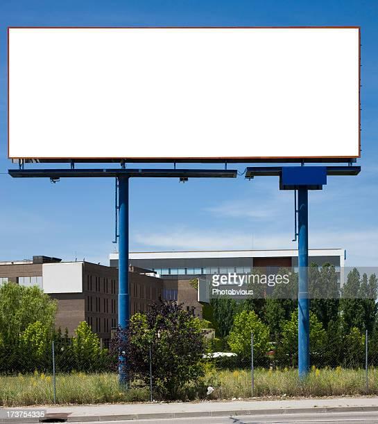 Cartellone pubblicitario davanti officies edificio. Serie