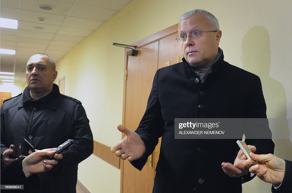 Billionaire businessman Alexander Lebedev (R) speaks to journalists as he arrives in a court in Moscow, on February 7, 2013. Lebedev, co-owner of the opposition Novaya Gazeta newspaper and supporter of Britain's The Independent and Evening Standard dailies arrived today in a Moscow court for a hearing on his charges of punching a property developer on a TV show in 2011. AFP PHOTO / ALEXANDER NEMENOV