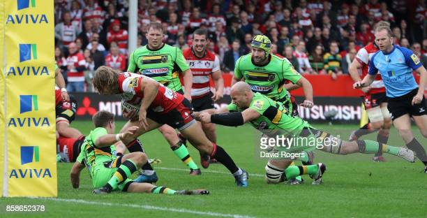 Billy Twelvetrees of Gloucester breaks away from Sam Dickinson to score their fourth try during the Aviva Premiership match between Gloucester Rugby...