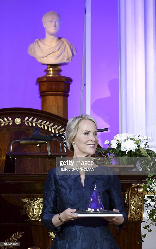 US biochemical engineer Frances Arnold received her Millennium Technology Prize 2016 at the awards ceremony in Helsinki, on May 24, 2016. Arnold won the million-euro technology prize for her work on 'directed evolution'. / AFP / Lehtikuva / Heikki Saukkomaa / Finland OUT