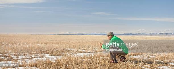 Biologiste dans un champ
