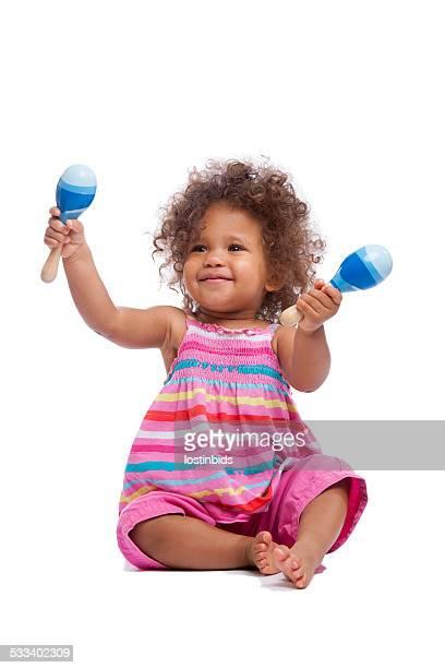 Biracial Babymode – Mädchen/Kleinkind winkt Ihre Maracus Isoltated auf Weiß
