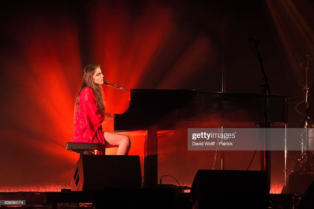 <a gi-track='captionPersonalityLinkClicked' href=/galleries/search?phrase=Birdy+-+M%C3%BAsica&family=editorial&specificpeople=12423197 ng-click='$event.stopPropagation()'>Birdy</a> performs at L'Olympia on May 4, 2016 in Paris, France.