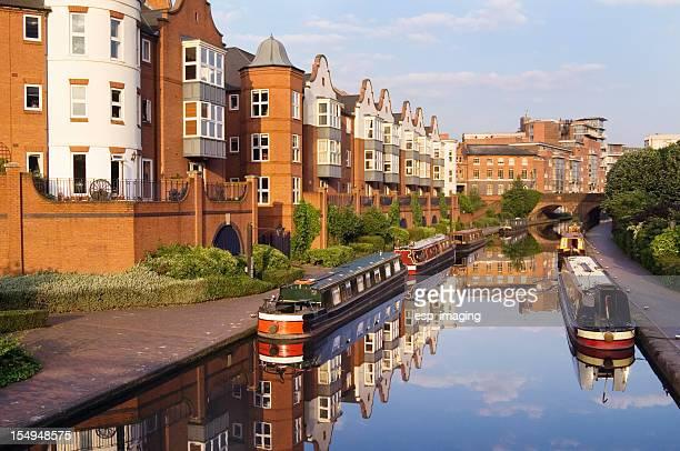 Birmingham Canal estrecho de línea principal con barcos y moderna de apartamentos