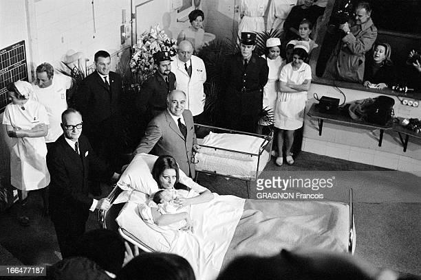 Birth Of Carlo Ponti Junior Vue plongeante de Carlo PONTI souriant posant debout auprès de son épouse Sophia LOREN allongée sur un lit avec leur fils...