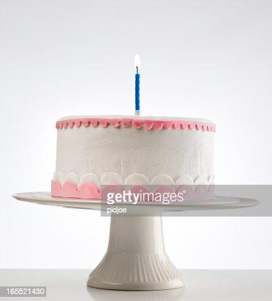 誕生日ケーキに燃えるキャンドルケーキスタンド付き