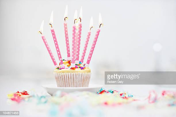 誕生日のロウソクでカップケーキ