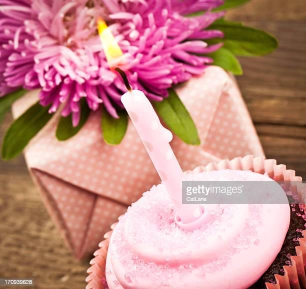 Anniversaire et gâteau de mariage et de cadeaux