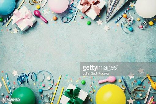 Cumpleaños partido banner o fondo con colorido globo, regalo, tapa del carnaval, confeti, dulces y streamer. Estilo completamente laico. Espacio para texto del saludo. : Foto de stock