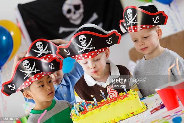 Fiesta de cumpleaños de un niño de cinco años de edad
