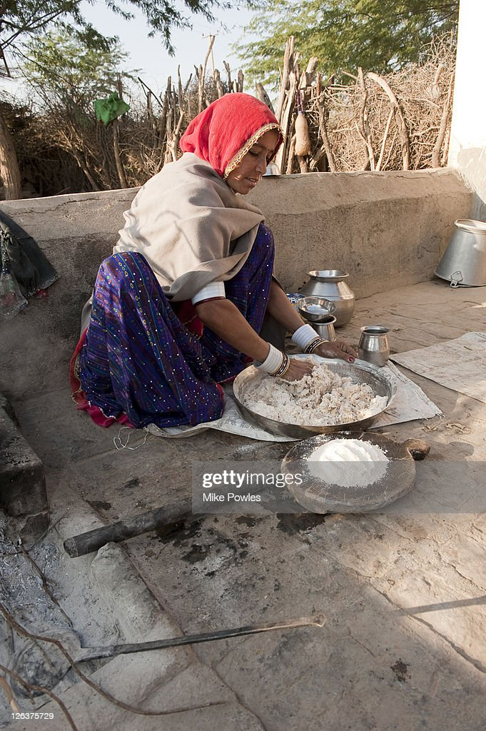 Bishnoi woman making roti (bread) in traditional way, Rajasthan, India : Foto de stock